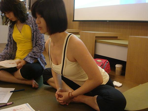 BADDHA KONASANA也要有一樣脊椎延伸的 FU