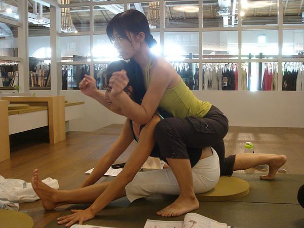 學生要感覺肩膀打開、轉助脊椎延伸