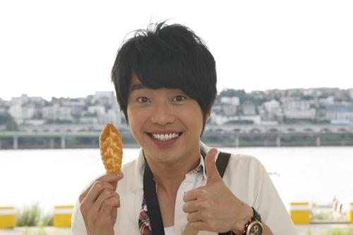 韓國歌迷送了我一大袋的零食,和劇組大家分享,很快就吃光光了!.jpg
