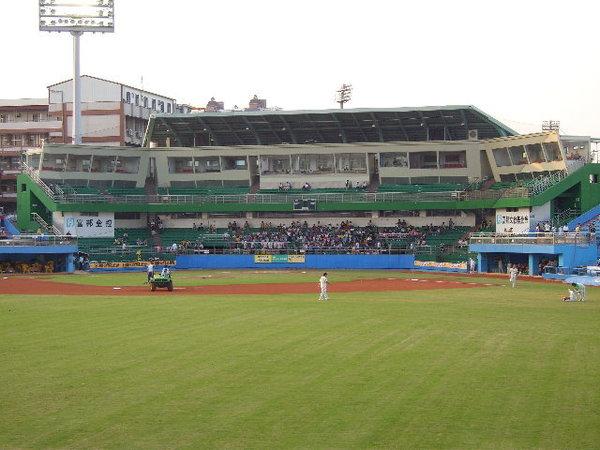 04內野部分看起來還ok的台中球場.JPG