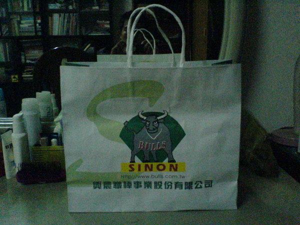 08購買牛隊商品的紙袋.JPG
