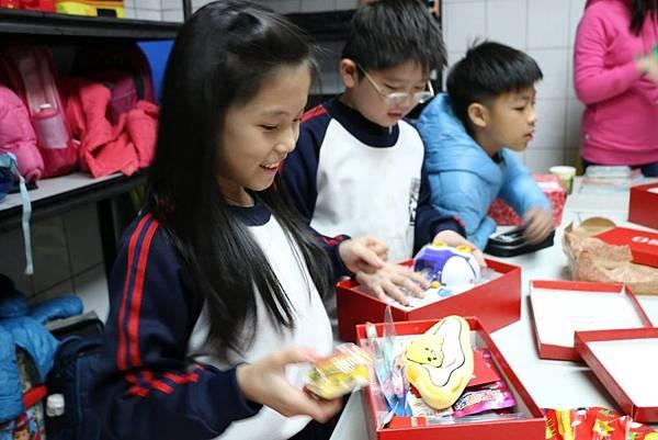 遠雄企業愛心關懷-小朋友們開心的打開聖誕鞋盒禮物