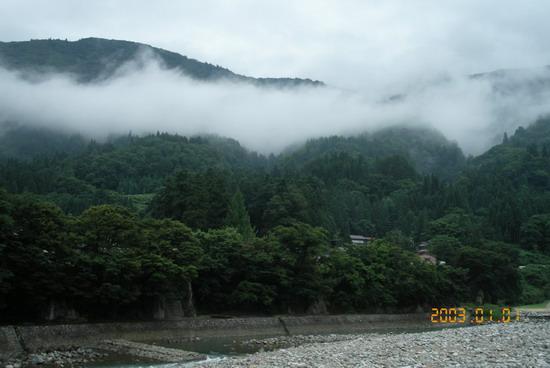 環山水繞的合掌村.