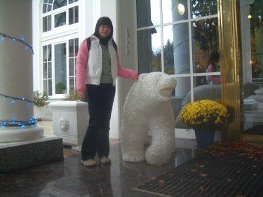 飯店門口的熊(白天沒開燈)