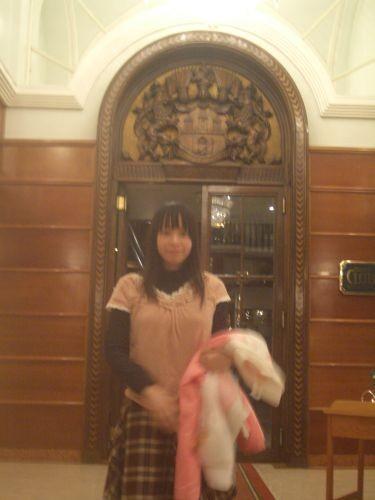 餐廳門口(我有特別穿正式服裝耶~)