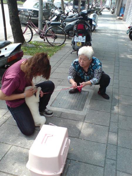 20090404徐媽媽跟她的小白 (1).JPG