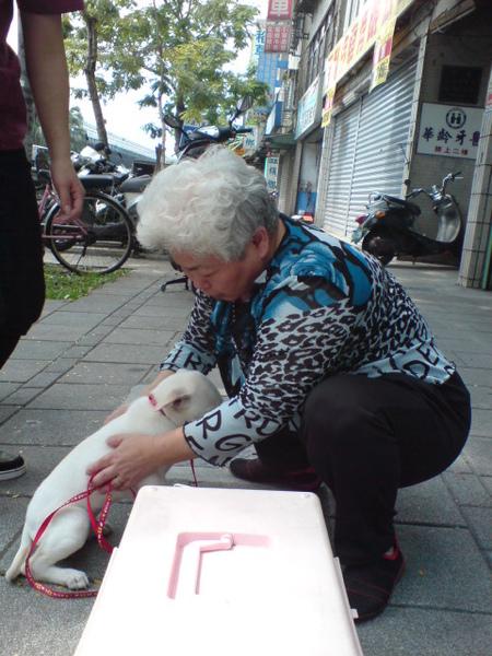 20090404徐媽媽跟她的小白 (2).JPG