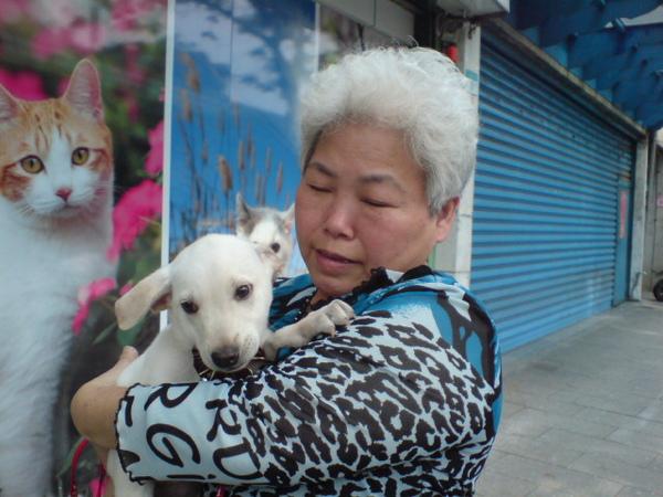 20090404徐媽媽跟她的小白 (4).JPG