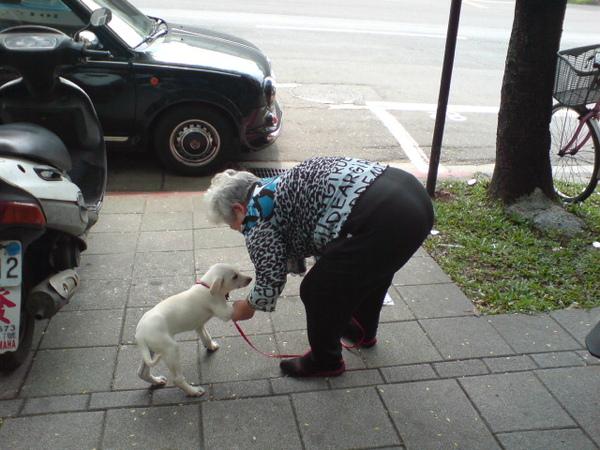 20090404徐媽媽跟她的小白 (6).JPG