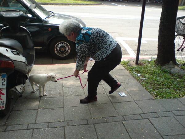20090404徐媽媽跟她的小白 (7).JPG