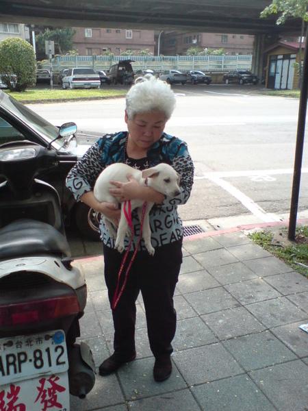 20090404徐媽媽跟她的小白 (8).JPG