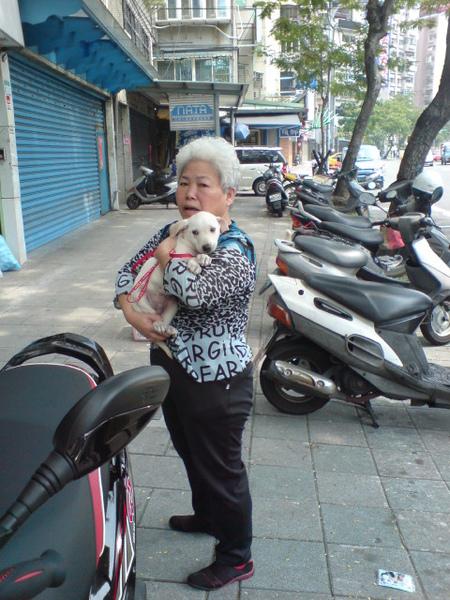 20090404徐媽媽跟她的小白 (10).JPG