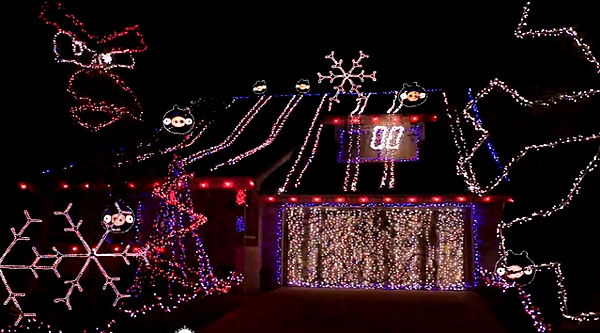 除了夢幻還不夠 燈飾拿來玩ngry Birds才夠歡樂(Angry Birds Christmas Light Game).png