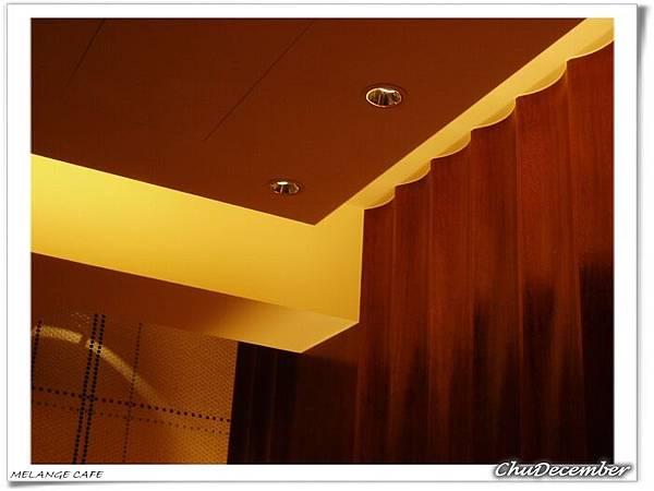 安靜的天花板跟店裡熱熱鬧鬧的聊天聲完全對比