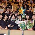 畢業典禮...跟所上的漂亮美眉合照唷...