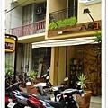 旁邊一家髮型屋~外觀超像賣吃的
