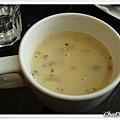 用馬克杯子裝的馬鈴薯磨菇濃湯