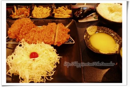 套餐內容有主菜、三樣小菜、味增湯、沾醬