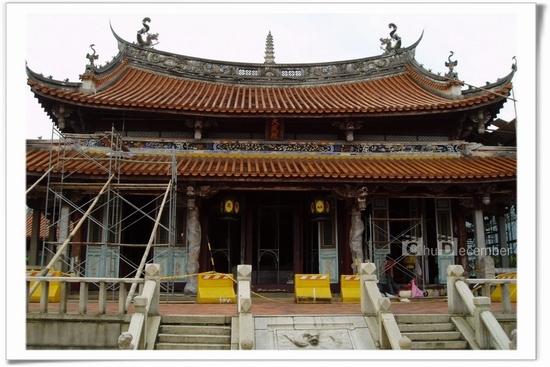 正在整修中的主殿,柱子散發出檜木的香氣