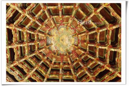 龍山寺戲台屋頂的穹隆藻井