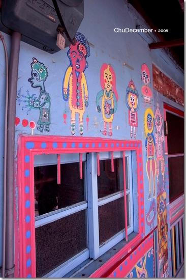 窗戶的鐵欄杆都不忘上色