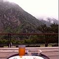 在戶外吹吹風看看山景,不知不覺就把飯吃光光~
