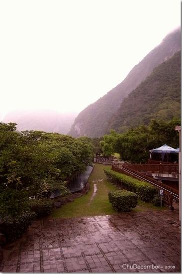 下起了大雨,先在遊客中心躲個雨、問個路