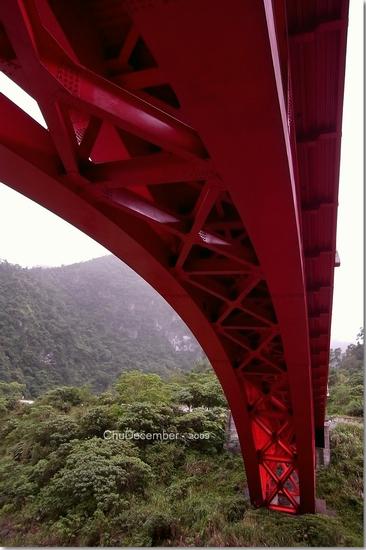 沿著樓梯往橋下走