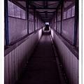 穿過天橋走廊後
