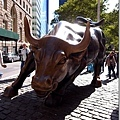 火紅的銅牛雕像