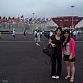 百旗在中國館外飄揚