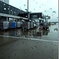 雨中的shuttle bus