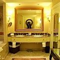 浴室也很大,而且金光閃閃~