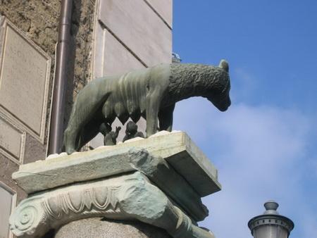 卡比托山--參議院大廈外牆邊的母狼雕像