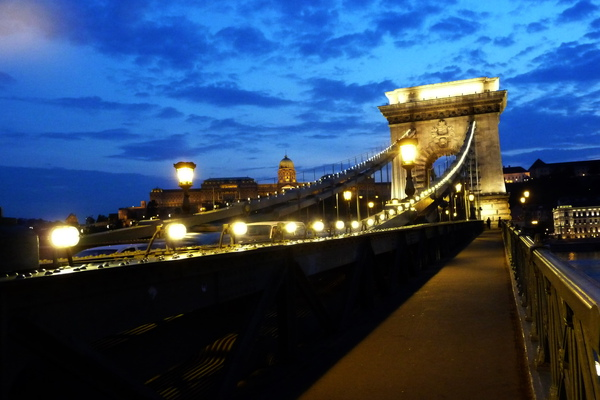 於1849年完成的鎖鏈橋,是當時世界之最。.jpg