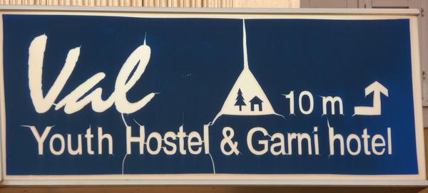 一塊看板,兩家廣告。在斯洛維尼亞的各地青年旅館,全是一個樣的logo.jpg