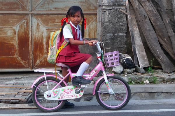 特地停下車來讓我拍照的小女孩.jpg