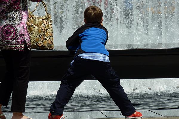 男孩與噴水池.jpg