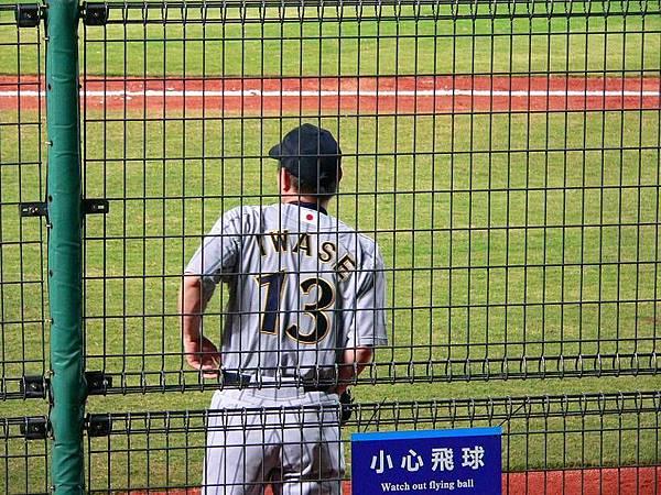岩瀨在旁邊準備上場投下一局