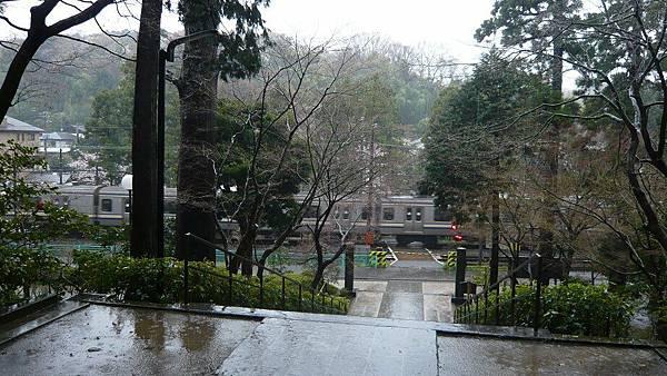 圓覺寺大門口就是平交道