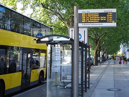 圖2 公車站顯示各路線進站的順序與預估時間,並設置候車亭供旅客等待及查詢資訊