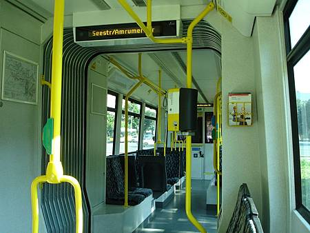 圖3 輕軌車內透過語音及文字顯示下一個停靠站