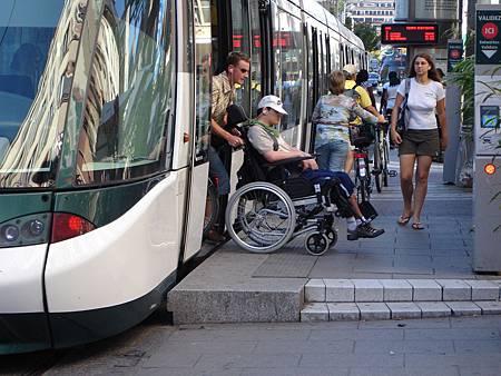 圖5 低底盤車輛,能讓行動不便人士也能享受大眾運輸的便利,圖為法國史特拉斯堡的輕軌系統