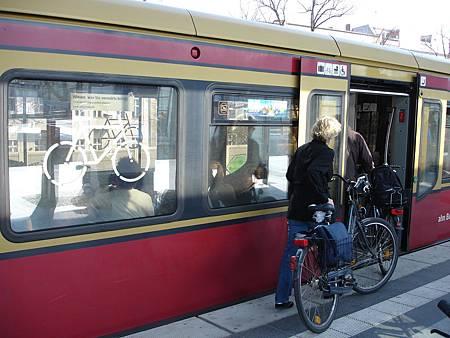 圖7 開放攜帶自行車搭乘大眾運輸時,要儘量縮小月台與車廂地板的高差