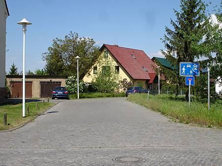 圖9 交通寧靜區透過死巷的設計減少穿越性車流,並配合彎道與地磚鋪面提醒駕駛者減速
