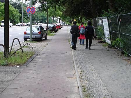 圖10 隔離帶整合了停車、行道樹、路燈與標誌牌,確保緊鄰的自行車與人行道有連續的空間