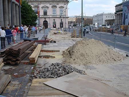 圖11 人行道採用砂層作為基底,有助於雨天排水與施工後恢復原狀