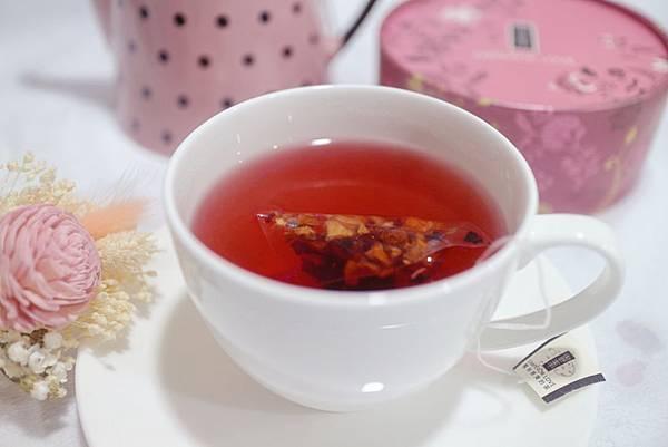 【飲品】御奉寶石蔓越莓果茶-複方仕女椪粉盒 ❈ 紅寶石般閃閃動人的紅色茶湯,清爽的苺果茶推薦