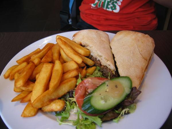 阿諒的牛肉漢堡也很讚