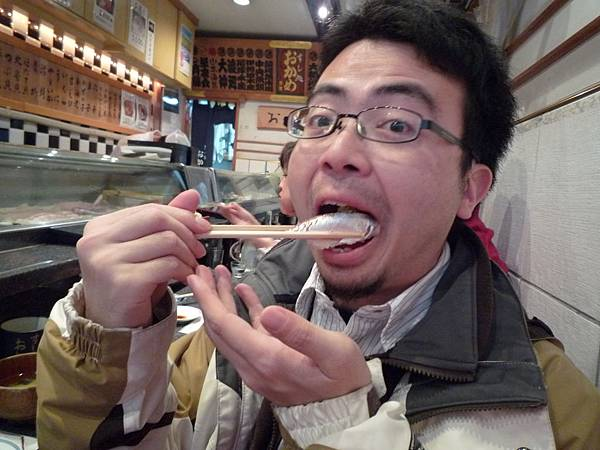 大口大口吃壽司
